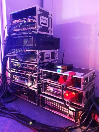 TEN SING Links: Amping für Monitore und Front PA sowie Stagebox, rechts Dimmer und Stromversorgung